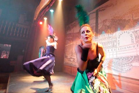Bailarinas durante el espectáculo del Baile del Can Can de Oasys MiniHollywood