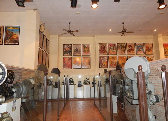 Carteles antiguos y diversos objetos del Museo del Cine de Oasys MiniHollywood