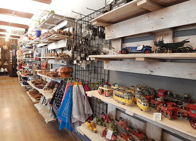 Oasys MiniHollywood - Tienda de Souvenirs con varios artículos. vista de las estanterías llenas de productos
