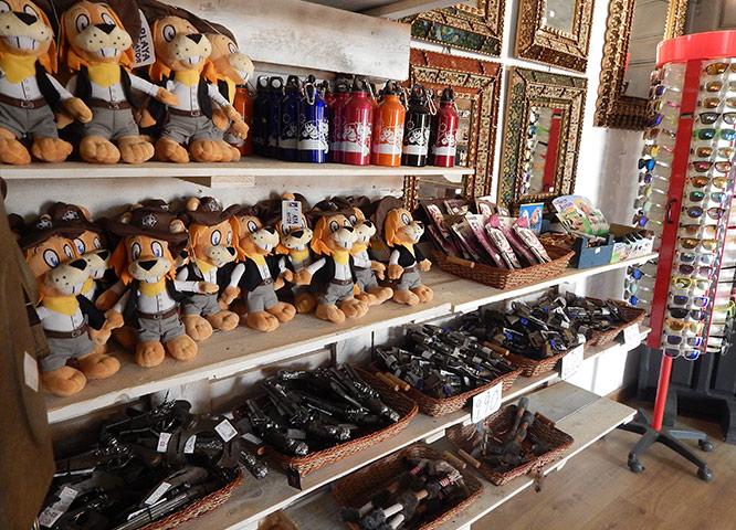 Oasys MiniHollywood - Tienda de Souvenirs - vista de peluches, gafas de sol, juguetes varios