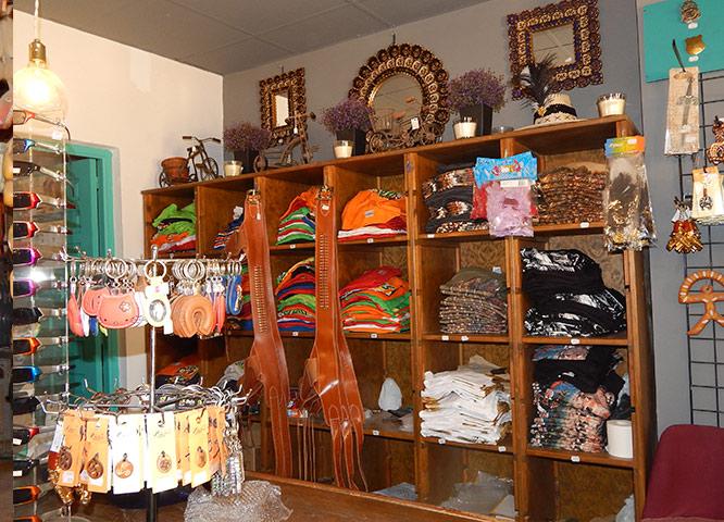 Oasys MiniHollywood - Tienda de Souvenirs y varios productos en las estanterías