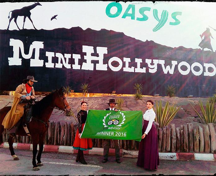 Equipo de Oasys mostrando la bandera entregada por el premio Travellers Choice 2016 de Tripadvisor