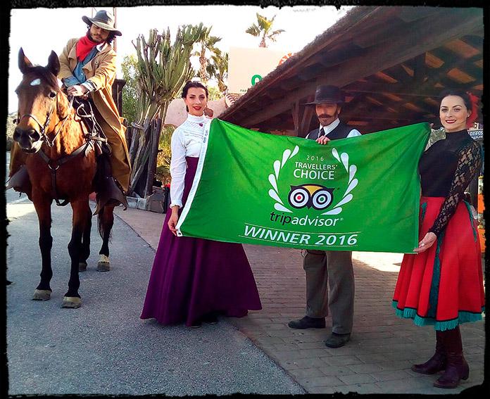 Equipo de Oasys portando la bandera entregada por el premio Travellers Choice 2016 de Tripadvisor