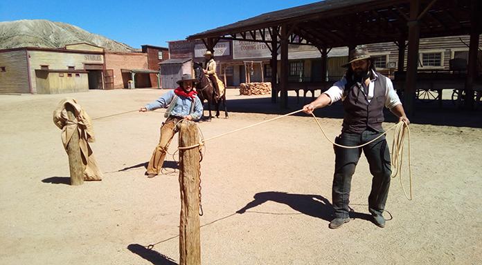 Dos de los integrantes del equipo de Oasys MiniHollywood demostrando sus habilidades con el Lazo del Oeste