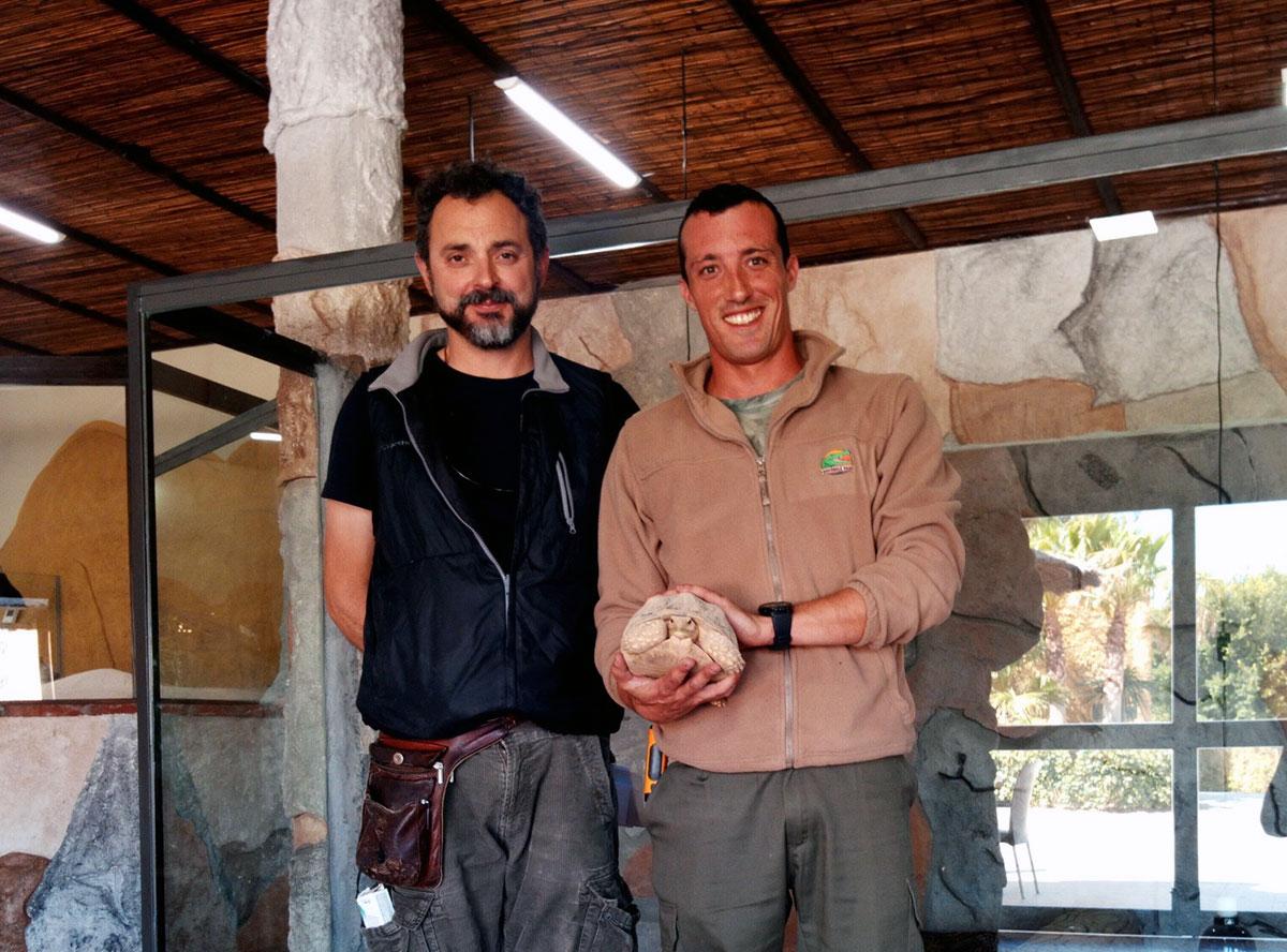 Equipo de Oasys MiniHollywood junto a una tortuga de espolones africana